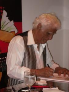 """Ziraldo Autografando seu Livro - """"O mais querido do Brasil"""", Para o Projeto Livro de Rua na Bienal."""
